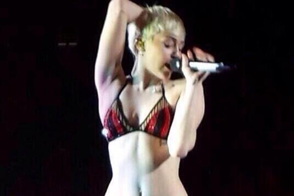 Miley Cyrus mac do lot bieu dien hinh anh