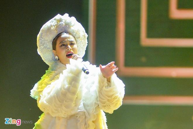 Hoang Thuy Linh hat 'Banh troi nuoc' o ban ket Hoa hau Hoan vu hinh anh