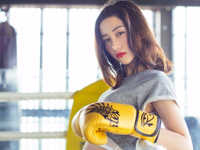 Hot girl Jun Vu thuc hien thu thach squat trong mot phut hinh anh