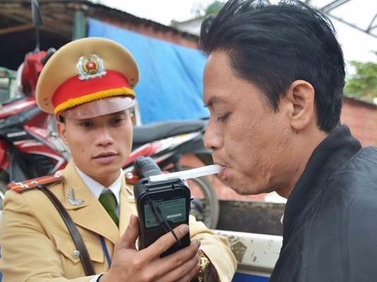 Trac nghiem: Vi sao uong bia ruou khong duoc phep lai xe? hinh anh