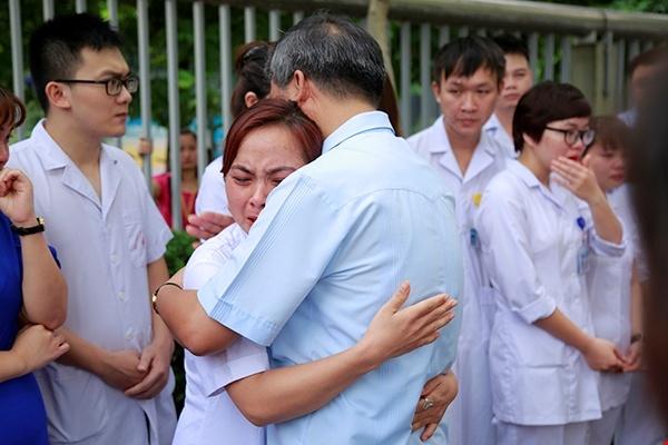 Bac si Nguyen Anh Tri ve huu, ca benh vien nghen ngao quyen luyen hinh anh 1