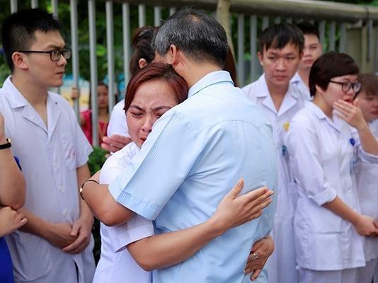 Bac si Nguyen Anh Tri ve huu, ca benh vien nghen ngao quyen luyen hinh anh
