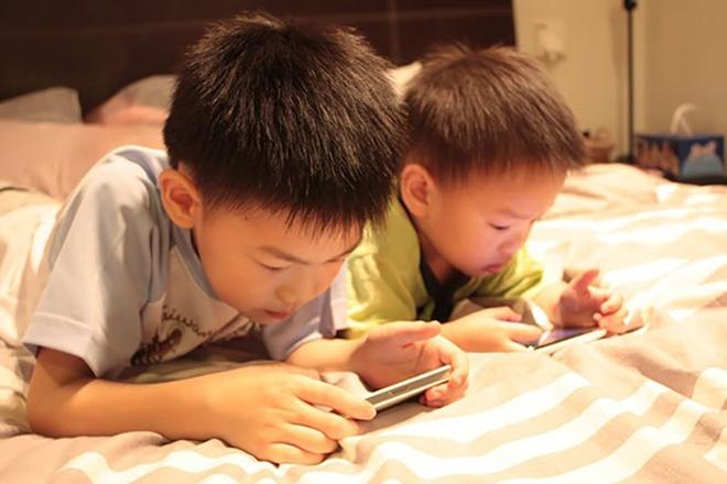 Tre em bao nhieu tuoi khong duoc dung smartphone? hinh anh 4