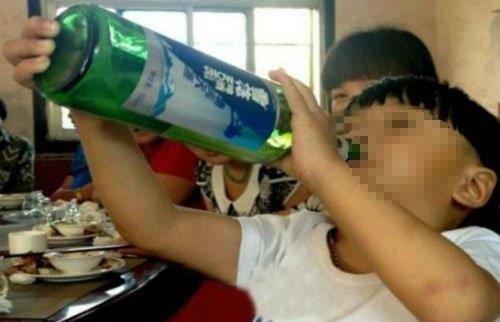 Bao dong nhieu tre nho da biet uong ruou bia hinh anh 2