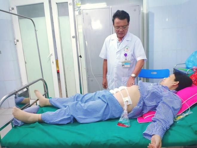 Rút 1,5 lít máu từ bụng sản phụ để cứu bé trai 34 tuần tuổi