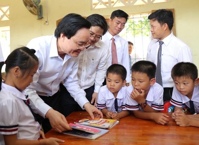Bo truong Phung Xuan Nha du le khai giang tai 'ron lu' Quang Binh hinh anh 1
