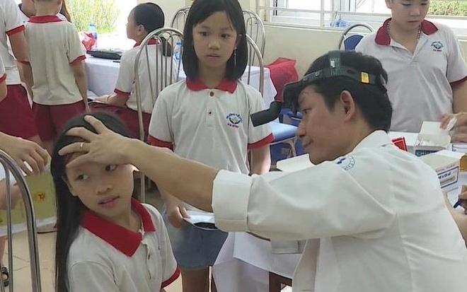 Tiếp tục khám sức khỏe cho học sinh ở khu vực phường Hạ Đình