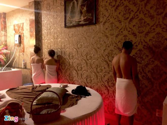 Tiep vien massage khoa than kich duc cho khach o Sai Gon hinh anh 2
