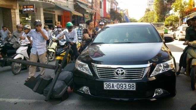 Den tin hieu giao thong gay do, de mop dau Camry hinh anh 1 Hiện trường vụ tai nạn.