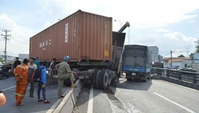 No lop, xe container tong dai phan cach hinh anh