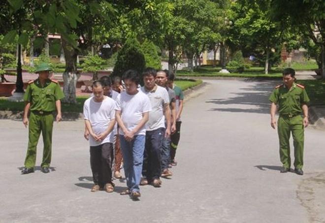 Tuong rao kien co quanh nha ke cam dau day danh bac nghin ty hinh anh 1 11 nghi can trong vụ án bị dẫn giải về cơ quan điều tra.