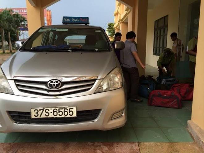 Bat xe taxi van chuyen trai phep gan 100 kg te te hinh anh