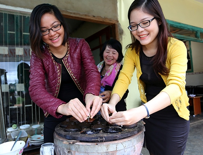 2 chi em bung mam com Viet ra the gioi hinh anh 1 Lê Hạ Huyền (trái) và Lê Hạ Uyên học cách làm bánh căn tại Đà Lạt - Ảnh: Mai Vinh