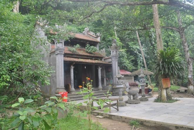 Ba dan ca than dan khong dam an thit o Thanh Hoa hinh anh 2 Đến thờ Rắn nằm ngay cạnh cửa hang suối cá Cẩm Lương.