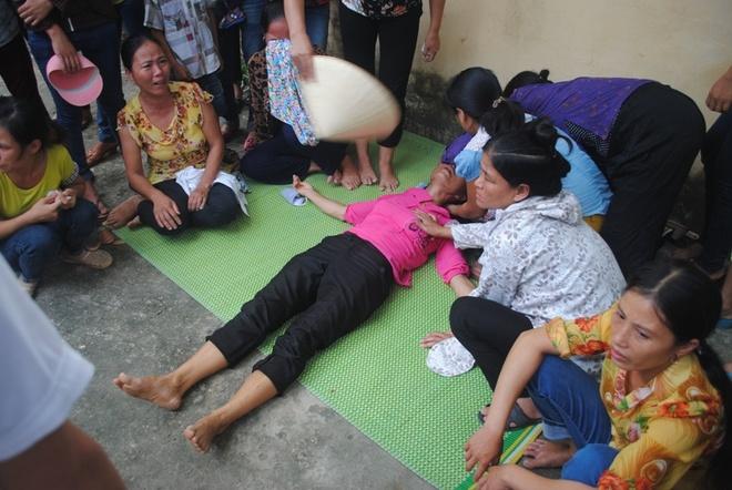 Me ngat giua toa khi con linh 18 nam tu hinh anh 2 Mẹ bị cáo Thành khóc ngất giữa sân tòa khi con trai nhận án 18 năm tù giam.