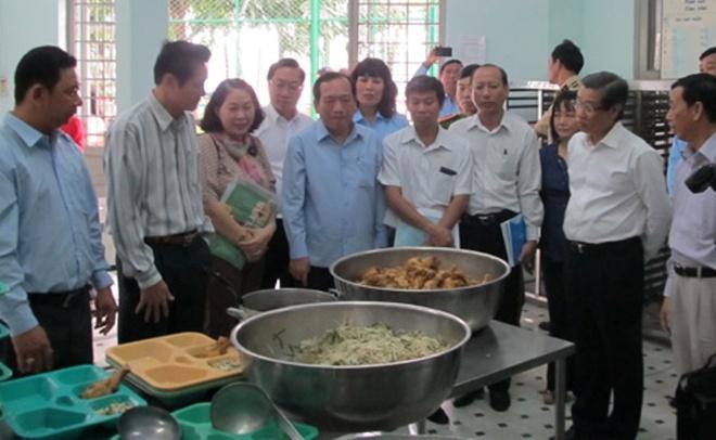 Khau phan an cua nguoi nghien suong hon can bo trung tam hinh anh 1 Ông Hứa Ngọc Thuận cùng các thành viên trong đoàn khảo sát bếp ăn.