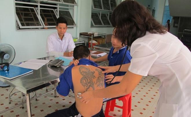 Khau phan an cua nguoi nghien suong hon can bo trung tam hinh anh 2 Bác sĩ khám sức khỏe cho người nghiện được đưa vào trung tâm