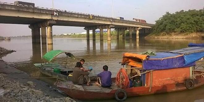 Chang trai nhay song tu tu truoc mat nguoi yeu hinh anh 1 Khu vực cầu Lai VU, nơi nạn nhân nhảy xuống sông tự tử.