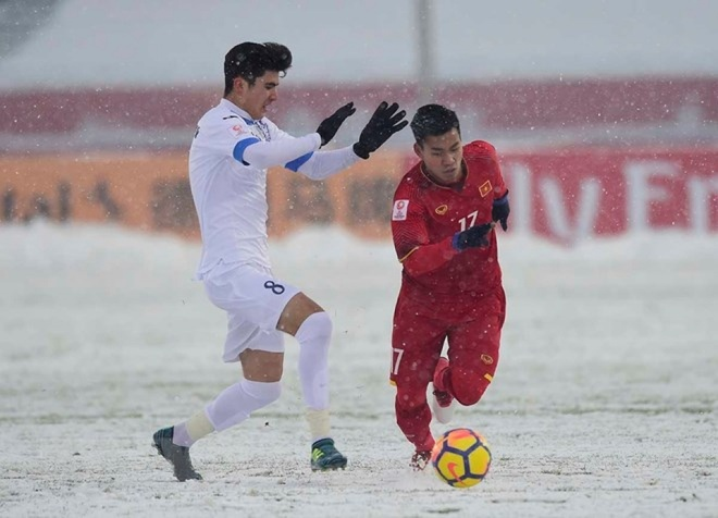 Văn Thanh chơi lăn xả trong cơn mưa tuyết ở trận chung kết tại Thường Châu. Ảnh: TTXVN.