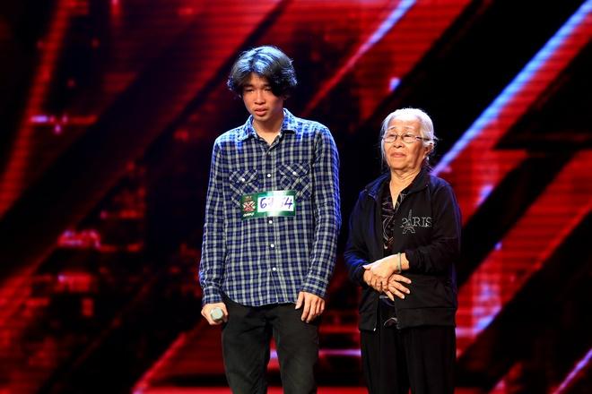 Co gai deo mat na X Factor khien Mr Dam sung sot hinh anh 3 Lê Kỳ Tích và bà ngoại trên sân khấu.