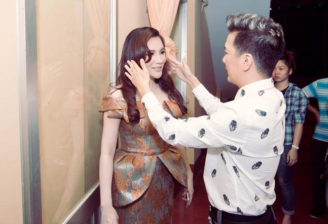 Dam Vinh Hung sua toc cho Ho Quynh Huong hinh anh 2 a