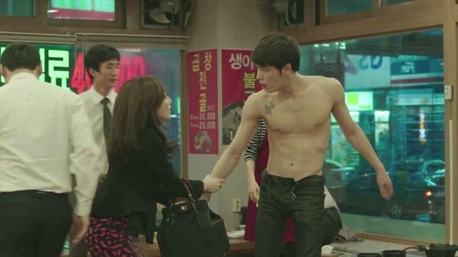 Nhung my nam Han khoe co bap khien fan me man hinh anh 3 Dù bộ phim nhận không ít lời chê bai của khán giả về nội dung không có gì mới mẻ thì Kim Jae Joong vẫn tạo sức hút riêng bởi những phân đoạn khoe cơ thể nóng bỏng.