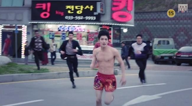 Nhung my nam Han khoe co bap khien fan me man hinh anh 2 Ngay từ khi tung teaser, bộ phim đã khiến fan hâm mộ của thành viên nhóm JYJ háo hức bởi hình ảnh Jae Joong bị đuổi bắt trong tình trạng chỉ mặc một chiếc quần trong.