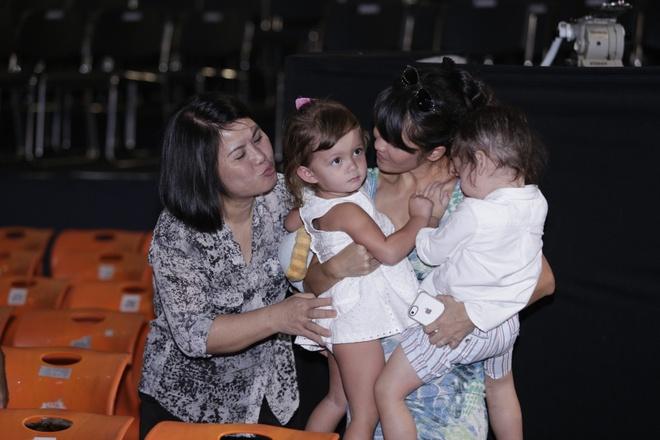 Hong Nhung dat cap song sinh dang yeu len san tap hinh anh 2 Cũng trong dịp này, Hồng Nhung đưa hai bé sinh đôi đến sân khấu để cùng xem mẹ luyện tập. Cặp song sinh của Hồng Nhung có tên ở nhà là Tôm và Tép, nét đẹp lai Tây của 2 bé thu hút sự chú ý của rất nhiều người.