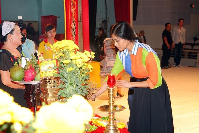 Trương Thị May cùng mẹ đến cúng Tổ