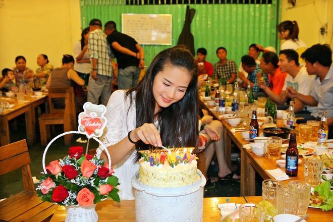 Chỉ một chiếc bánh kem nhỏ và một giỏ hoa nhưng Thảo rất vui vì lần đầu cô đón sinh nhật chung với những người mà cô đã làm việc liên tục trong 2 tháng qua.
