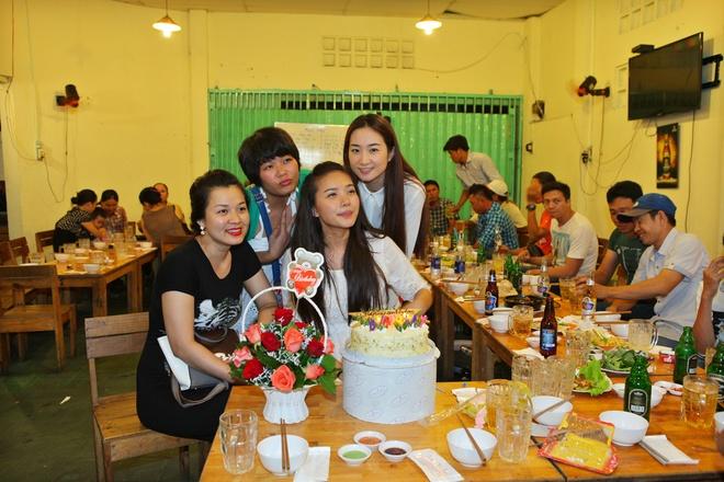 Vì đây là phim thuộc thể loại ca nhạc nên người đẹp phải thể hiện trên 20 bài hát .Gái ế kén chồng của đạo diễn Lê Nguyễn Khôi Nguyên, dài 30 tập, sẽ được phát sóng vào trưa chủ nhật hàng tuần trên HTV7 từ 21/9.
