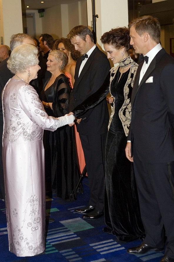Ngam phong cach Nu hoang Anh khi gap sao hang A Hollywood hinh anh 10 Chiếc váy tím nhạt đứng dáng họa tiết hoa khiến bề ngoài của Nữ hoàng thật nổi bật trong buổi công chiếu phim Điệp viên 007, tháng 11 2006. Trong ảnh, bà đang bắt tay nữ diễn viên xinh đẹo Eva Green.
