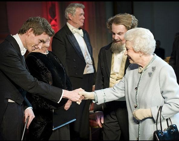 Ngam phong cach Nu hoang Anh khi gap sao hang A Hollywood hinh anh 11 Trong lần gặp gỡ Eddie Redmayne, Nữ hoàng thanh lịch với tone xám.