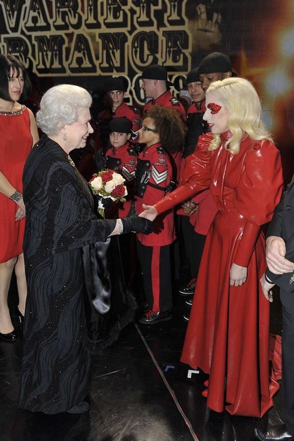 Ngam phong cach Nu hoang Anh khi gap sao hang A Hollywood hinh anh 16 Chiếc váy đen sang trọng tuyệt đối của Nữ hoàng đối diện bộ cánh đỏ của Lady Gaga, tạo nên bức tranh đối lập về màu sắc thú vị .