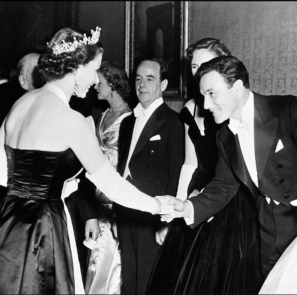 Ngam phong cach Nu hoang Anh khi gap sao hang A Hollywood hinh anh 15 Chiếc váy buộc dây quanh cổ khiến Nữ hoàng cực kỳ cuốn hút nhưng vẫn giữ được sự thanh lịch quý tộc khi gặp mặt Gene Kelly .