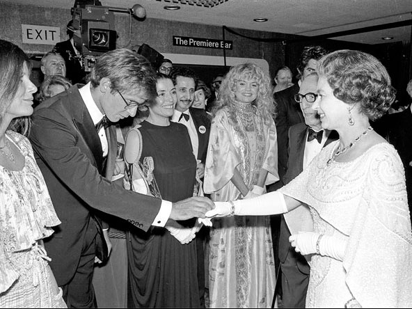 Ngam phong cach Nu hoang Anh khi gap sao hang A Hollywood hinh anh 18 Với thiết kế váy choàng cape này thì không chỉ Harrison Ford mà bất cứ ai có mặt tại sự kiện hôm đó đều trầm trồ về vẻ đẹp của Nữ hoàng .
