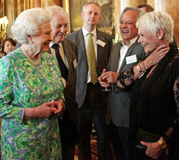 Ngam phong cach Nu hoang Anh khi gap sao hang A Hollywood hinh anh 20 Chiếc váy hoa lan cùng mẫu với cài áo kim cương dường như đã xóa nhòa tuổi tác của Nữ hoàng khi bà gặp diễn viên Helen Mirrer.