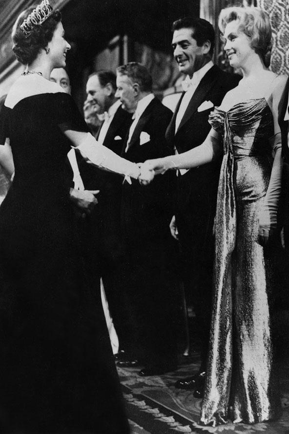 Ngam phong cach Nu hoang Anh khi gap sao hang A Hollywood hinh anh 26 Vào năm 1956, khi Nữ hoàng 30 tuổi, bà đã diện một chiếc váy đen trễ vai đầy nữ tính trong sự kiện công chiếu phim của Hoàng gia. Tại đây, nữ diễn viên huyền thoại Marilyn Monroe đã có cơ hội bắt tay và trò chuyện cùng Nữ hoàng