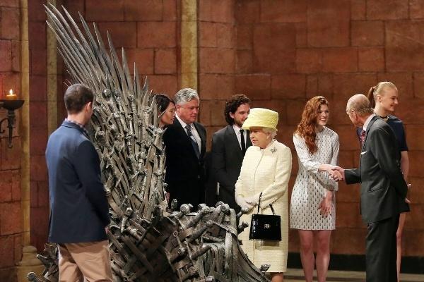 Ngam phong cach Nu hoang Anh khi gap sao hang A Hollywood hinh anh 2 Nét cổ điển của Anh quốc là những gì đặc trưng nhất trên trang phục của Nữ hoàng. Khi gặp dàn diễn viên của bộ phim đình đám