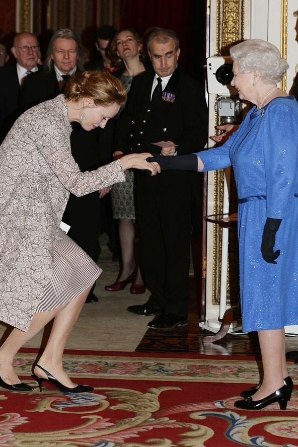 Ngam phong cach Nu hoang Anh khi gap sao hang A Hollywood hinh anh 3 Nữ Hoàng diện một mẫu váy xanh cobalt có đường nhấn satin ở cổ và eo đầy tinh tế khi bắt tay cùng Uman Thurman