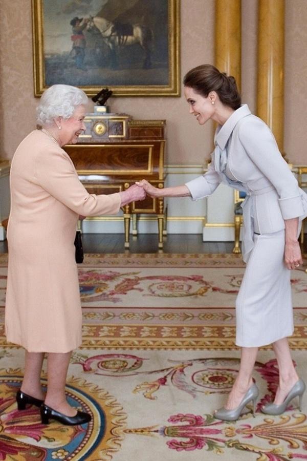 Ngam phong cach Nu hoang Anh khi gap sao hang A Hollywood hinh anh 1 Vào tháng 10 vừa qua, Angelina Jolie đã cực kỳ vinh hạnh khi được diện kiến nữ hoàng nước Anh. Trong khi nữ hoàng nhẹ nhàng với tông cam nhạt thì diễn viên Hollywood trang nhã cùng tông ghi sáng. Tuy nhiên, cô chưa phải là ngôi sao hạng A duy nhất được gặp gỡ
