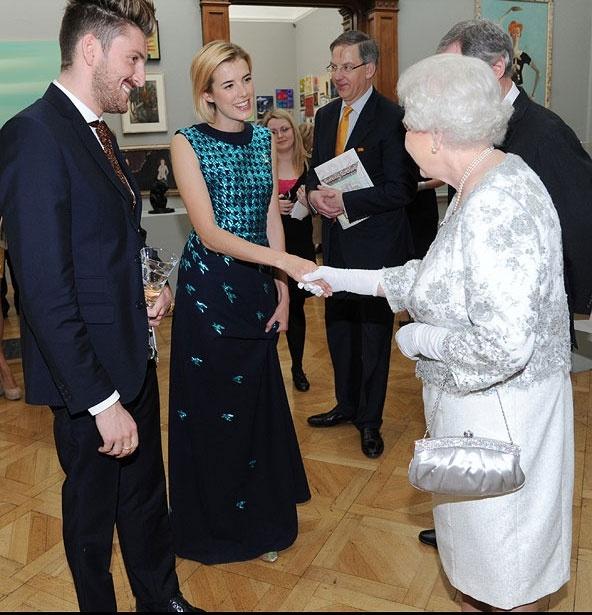 Ngam phong cach Nu hoang Anh khi gap sao hang A Hollywood hinh anh 5 Hình ảnh Nữ hoàng trong buổi gặp gỡ với Henry Holland và Agyness Deyn tại Viện nghệ thuật Hoàng gia vào tháng 5, 2011.