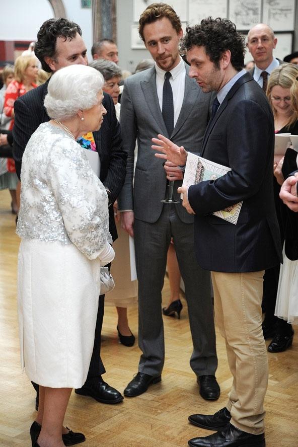 Ngam phong cach Nu hoang Anh khi gap sao hang A Hollywood hinh anh 8 Trong lễ kỷ niệm của một sự kiện nghệ thuât, Tom Hiddleston và Michael Sheen đã vinh dự được trò chuyện và gặp mặt Nữ hoàng.