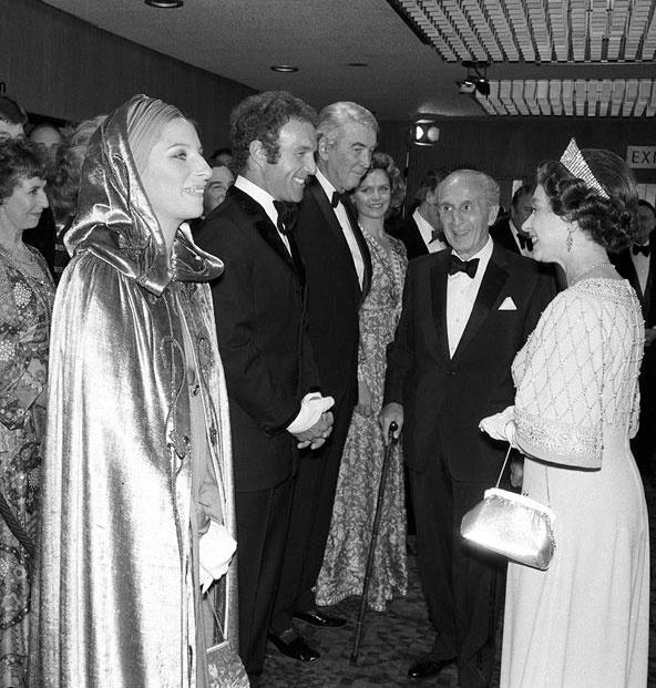 Ngam phong cach Nu hoang Anh khi gap sao hang A Hollywood hinh anh 7 Mặc dù không nhìn được màu sắc trang phục bởi bức ảnh trắng đen năm 1975 này, nhưng người hâm mộ vẫn có thể thấy được phong cách trang phục lộng lẫy của Nữ hoàng khi gặp Barbra Streisand.