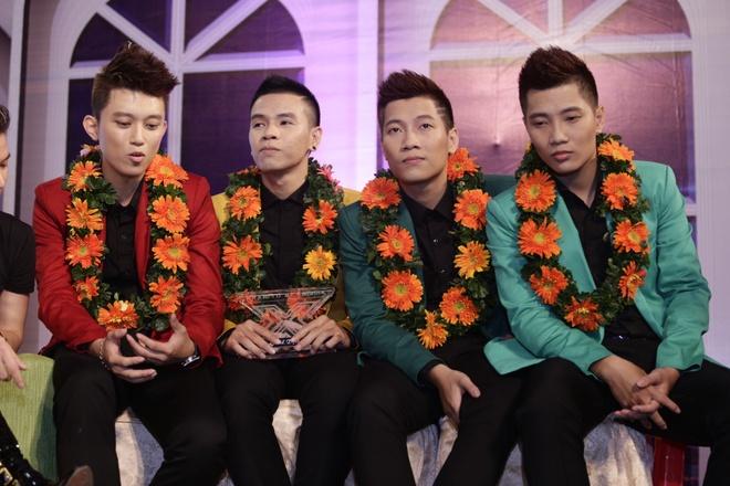 Giang Hong Ngoc: 'Lay tien thuong mua nha tra gop cho bo me' hinh anh 2 Các chàng trai O Plus bình tĩnh trả lời báo chí.