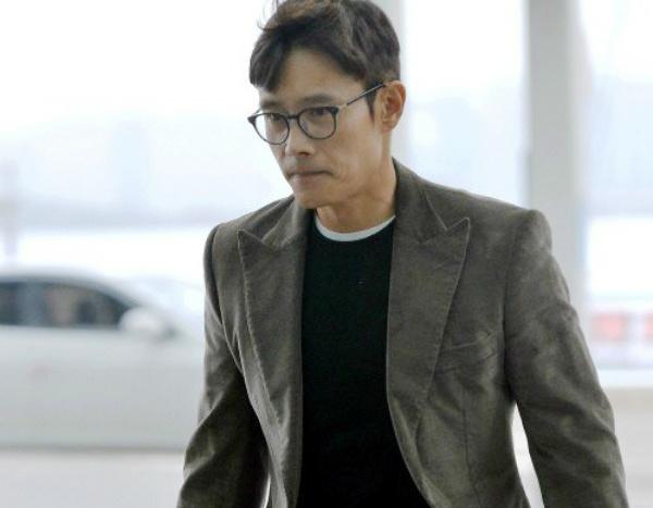 Lee Byung Hun lang le ve Han sau scandal ngoai tinh hinh anh