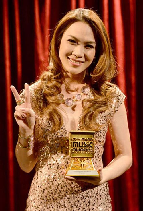 Hanh trinh den giai Huyen thoai am nhac chau A cua My Tam hinh anh 11 Sang năm 2012, giọng ca đến từ Đà Nẵng tiếp tục tung ra 2 single và đều trở thành hit lớn trong năm: Sai, Chuyện như chưa bắt đầu. Vào tháng 11, cô tiếp tục phát hành MV Trắng đen và trở thành ca sĩ đầu tiên đưa MV lên top hàng sao của kênh Youtube. Cuối năm, Mỹ Tâm là nghệ sĩ Việt đầu tiên nhận danh hiệu Best Asian Artist (Nghệ sĩ châu Á xuất sắc nhất) tại giải thưởng MAMA (Mnet Asian Music Awards) tổ chức Hong Kong.