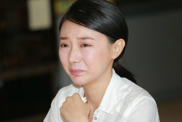 A hau Hong Kong bi khung bo doa tung anh khoa than hinh anh