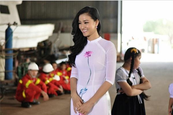 Nhung dien vien vao vai gai e cua man anh Viet hinh anh 9 Ca sĩ, diễn viên Maya góp mặt trong Cô dâu đại chiến 2 với vai cô giáo Thu Huyền. Xinh đẹp, sexy nhưng cô giáo Huyền vẫn đang trong tình trạng ế ẩm.
