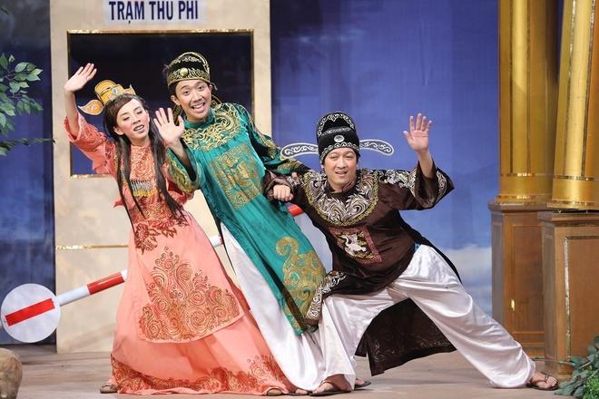 Đặc biệt, vai người thu phí và Táo bà đều do Thu Trang đảm nhận. Có thể nói, tiểu phẩm quy tụ Trường Giang, Trấn Thành và Thu Trang thu hút khá nhiều sự chú ý của khán giả bởi mỗi người là một phong cách diễn đặc trưng.